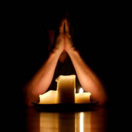 praying-with-candle-light